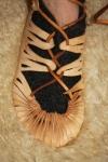 Skinnet føyer seg fint rundt tærne når lissen blir strammet til