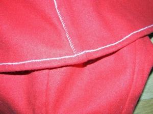 Kjolen er lagt opp og alle sømmer sydd flatt inntild