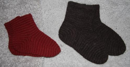 Ett ferdigtovet par sokker i Brodéns sting og ett utovet i Mammensting.
