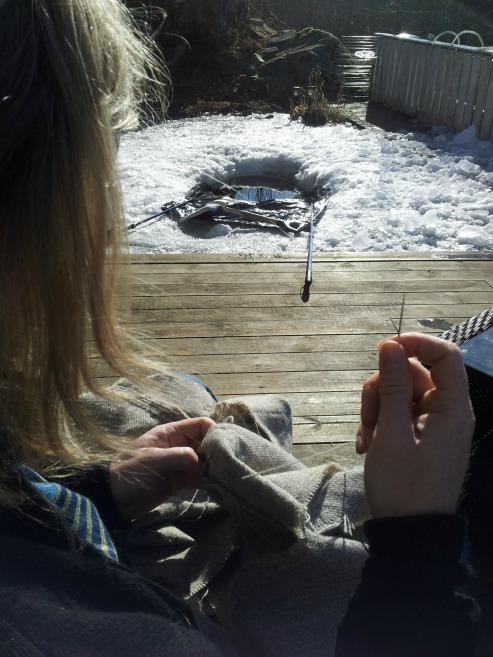 Vi benyttet anledningen til å sitte ute og sy ved fiskedammen i påskesolen. Dammen er kraftig frosset til og vi forsøker å smelte isen