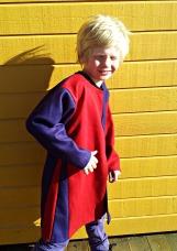 Malvin prøver ridderkjortelen til hoffskolen. Dette er en størrelse (snart) 9 år