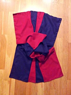 Påbegynt kjortel til liten middelalderridder