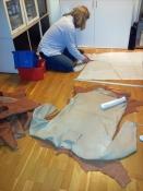 Den hvite reinskinntrøyen i forgrunnen er ferdig, og Espen lager mønster til ny trøye og hoser