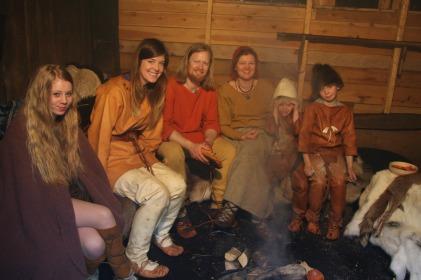 Full tidsforvirring i Fortidsfamilien, programlederen i Lena sin steinalderdrakt, guttene i steinalderen, Oline i bronsealder og Lena og Espen i sin favorittperiode, eldre jernalder