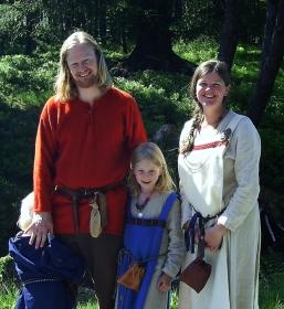 Fortidsfamilen dukker opp for første gang på Fløyen, BM 2007. Sigvald var da kun et par måneder gammel og vi hadde ikke fått laget tidsriktige babyklær, så han fikk heller ikke være med på bildet. The whole family at Mount Fløyen in 2007.