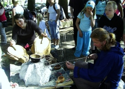 Hermina hjelper Espens kollega Ole Mikal, med perlemaking på Fløyen på Bjørgvin Marknad 2007. Espen´s colleague Ole Mikal is making glass pearls on BM 2007.