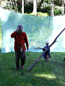 Malvin henter piler sammen med faren på BM2007 på Fløyen. Malvin is collecting arrows with his father on Fløyen, BM 2007.