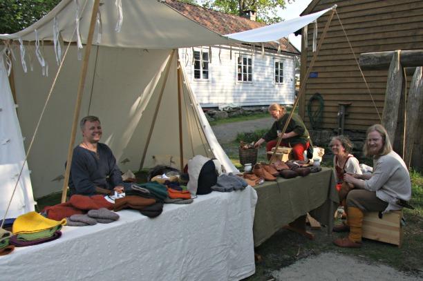 Fortidsfamilen og venner ved markedsteltet på årets market, BM 2013. Our own market tent, along with friends at BM 2013.