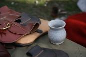 Vesker og punger, og en velfortjent kopp kaffe, vel å merke i middelalderkrus