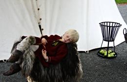 Sigvald tar en hvil utenfor teltet