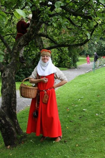 Lena i sin middelalderdrakt med årets nyanskaffelser, hodelin og hatt, og dessuten nye deilige sko