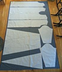 Mønsterarkene lagt ut på ullstoffet - det gikk såvidt!