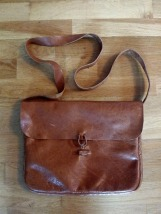 Spennene ble byttet ut med skinnknapp og hempe / Leather button and loop in stead of buckles