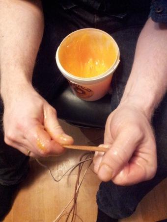 Lissene smøres før treing / Greasing the leather cords