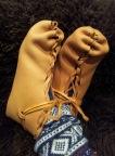 Våte støvler til tørk med føttene som lester / Wet shoes drying on the feet