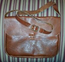 Skulderveske med spenne på reimen / Shoulder bag with strap buckle