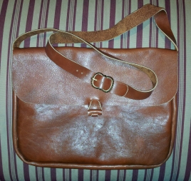 Skulderveske med spenne på reimen / Shoulder bag with strap buckle
