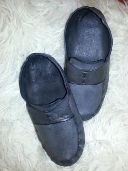 Som vet et trylleslag ble skoene svarte / Black magic