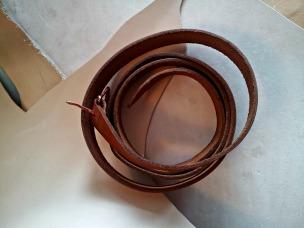 Etter farging, underlaget er skinn som beltet er laget i / Dyed belt placed on undyed leather