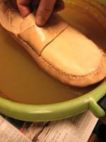 Skoen legges i rustvannet / The shoe is soaked