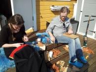 Håndarbeid ppå kjøkkentrappen. Espen med litt skinnarbeid, Lena fikser monterer bunadstakk og liv