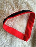 Svart velour montert på rød ull
