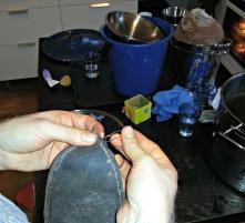 Farging er tidkrevende, da er det greit å benytte ventetiden til litt skoreparasjon / Shoe repair while waiting