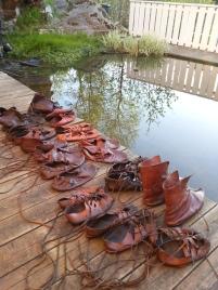 Ikke reint få sko har fått en omgang med lærfett / Some of the shoes after stitching and greasing
