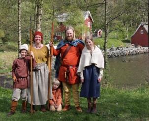 Hele fortidsfamilien på Jernalderdagen, Oline fra vikingtid, vi andre av litt eldre årgang