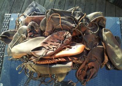 En haug meg sko som må etterses og vedlikeholdes / A heep of shoes in need of maintenance