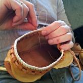 Lav reimsko sys med slitte fingre etter hardt garvearbeid