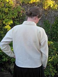 Bakfra kan man se hvor løs og ledig skjorten er / View from the back