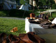 Nylagde vikingstøvler til tørk i solen / Newly made Viking boots drying in the sun
