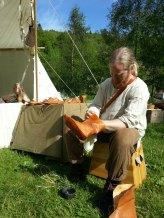 Espen Skomaker pusser vikingstøvler / Espen Shoemaker greases Viking boots