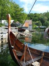 Det ene av to vikingskip som lå til kai på lørdagen, Gyda fra Spurkeland Vikinggård. I bakgrunnen museets egen seksæring Babben / One of the two Viking ships