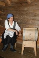 Lena hadde ansvar for smørkinningen / Lena churning butter