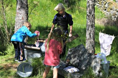 Malvin sto på post og hadde ansvar for å vise klesvask som de gjorde i Gamle dager / Malvin in charge of the water post