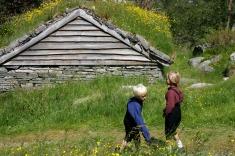 Det er utrolig koselig og flott med små, glede gutter som tumler og leker i vakre omgivelser / Happy boys in lovely surroundings