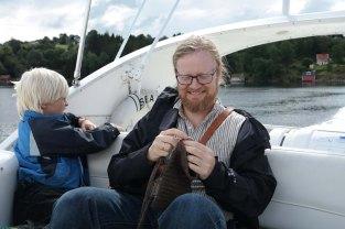 Nålebinding på skyssbåt fra og til Lygra / Needlebinding on the passenger boat
