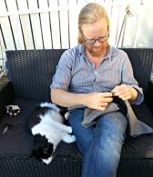 Pus er alltid hjelpsomt tilstede når Espen skal sy / The cat supports our work