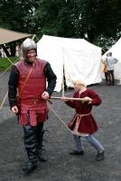 Guttene måtte selvsagt teste / The boys testing the armour