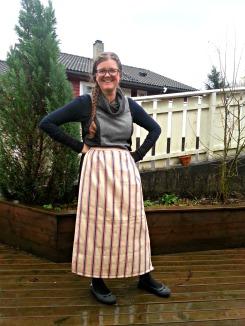Lena poserer i ferdig forkle / Lena is posing in har new apron