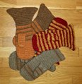 Et utvalg flerfargede votter / A selection of multicolored mittens