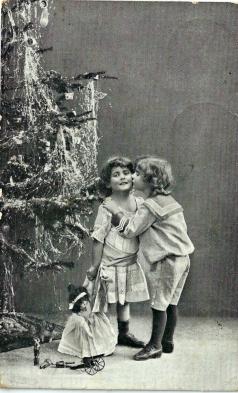 Søskenkjærlighet ved juletreet i 1915 / Sibling love 1915