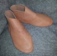 Ferdige sko, uten kanting, stropper og knapper / Finished ankle boots before adding details