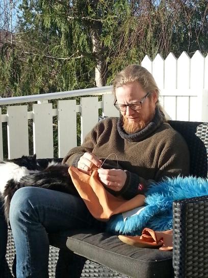 Gubben og katten nyter vårsolen / The cobbler and his cat enjoying the sun