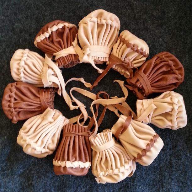 Et fint knippe ferdige punger, og flere skal det bli.../ The finished pouches, and more will be made...