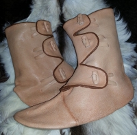 Et nytt par med lange vikingstøvler / A new pair of high Viking boots