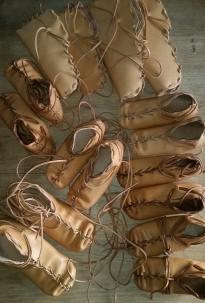 Åtte par ferdige og halvferdige sko / Eight finished and semifinished pair of shoes