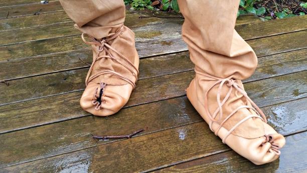 Flapsene på hosene er lagt på utsiden av skoene / The flaps from the hoses on the outside of the shoes